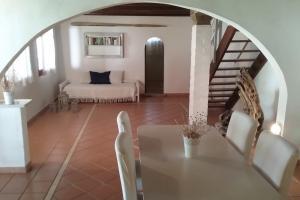 Wohnzimmer mit Esstisch und Extrabett