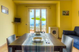 Wohnküche mit Meerblick