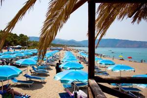 Kilometerlanger Strand mit verschiedenen Strandbars