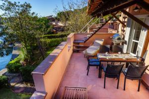 Balkon mit Gartenmöbeln und Gasgrill