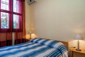 Schlafzimmer mit Klimaanlage und Doppelbett