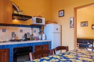 Komplett ausgestattete Küche mit Mikrowelle