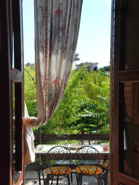 Blick vom Ferienhaus in Sizilien auf die Terrasse und den Garten