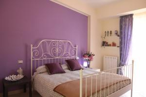 Sehr geschmackvoll eingerichtetes Schlafzimmer mit Doppelbett