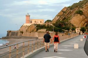 Romantischer Spaziergang an der Strandpromenade von Capo d'Orlando