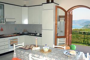 Komplett ausgestattete Küche mit Meerblick