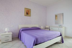 Modernes und gemütliches Schlafzimmer mit Doppelbett