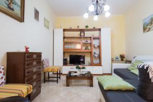 Wohnzimmer mit gemütlichem Sofa und SAT-TV