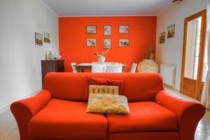Wohnzimmer mit Esstisch, SAT-TV und Holzofen