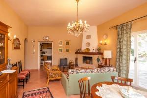 Wohnzimmer der Villa Cesare mit Kamin
