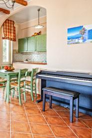 Offene Küche mit Klavier