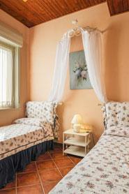 Schlafzimmer mit zwei Einzelbetten (auch als Doppelbett verwendbar)