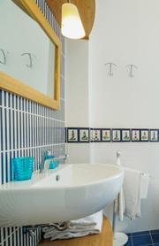 Das Bad mit Waschtisch, Dusche, WC und Bidet
