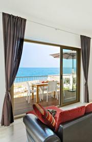 Modernes Wohnzimmer mit Blick auf das Meer