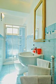 Bad mit Waschtisch, Dusche, WC und Bidet