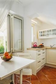 Offene Küche mit Elektroherd, Mikrowelle und Wasserkocher