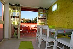 Komplett ausgestattete Wohnküche mit Blick auf das Bergdorf Castelmola