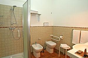 Rollstuhlgerecht eingerichtetes Bad im Ergeschoss